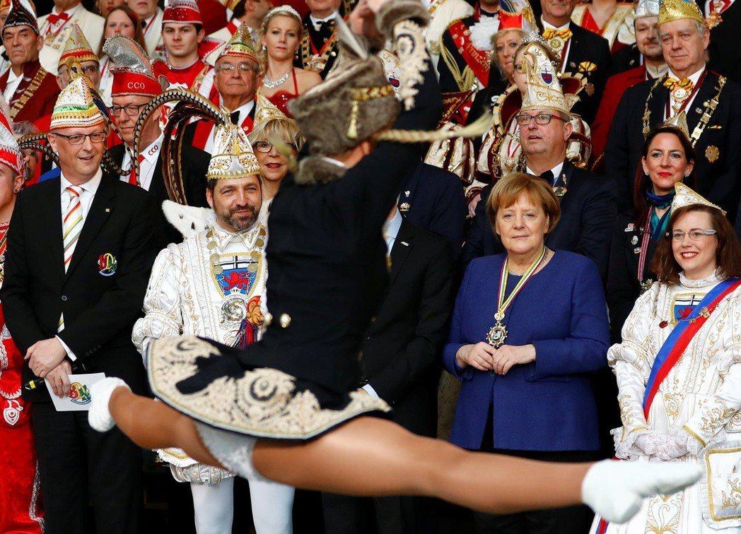 梅克爾出席2019德國科隆狂歡節遊行活動。 圖/路透社