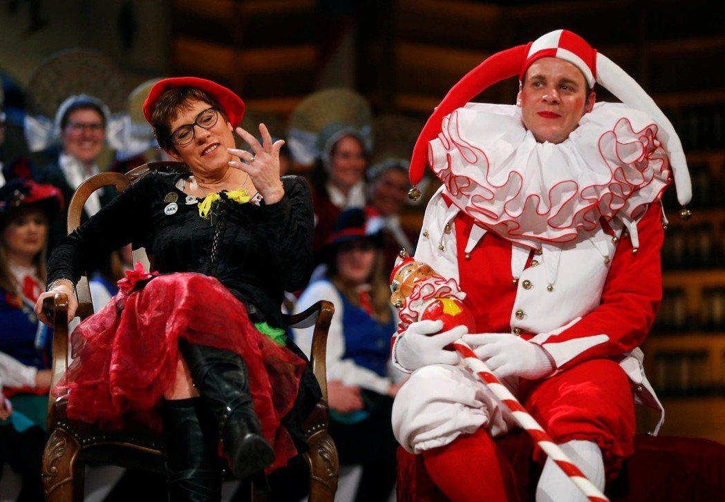 狂歡節的幽默底限在哪?梅克爾接班人AKK(左),在今年的狂歡節「小丑法庭」上嘲弄...