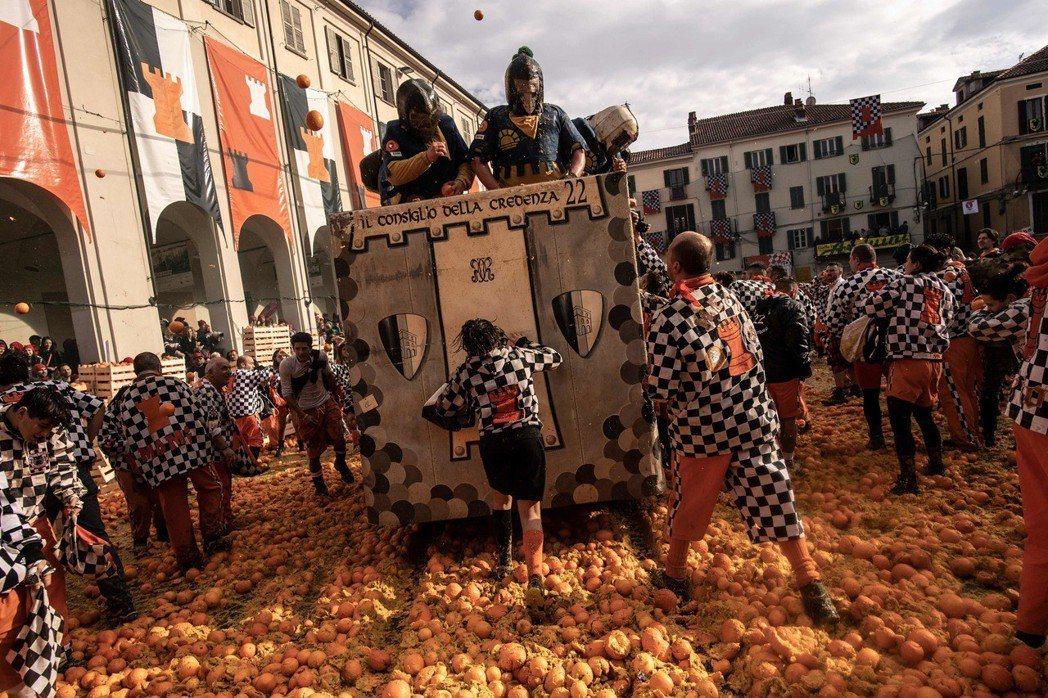 義大利的年度狂歡活動:橘子大戰。 圖/法新社