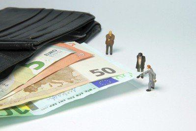 為了財務危機,校長和教務長自請減薪10%,也請求各學院院長和副校長自願減薪5%。...