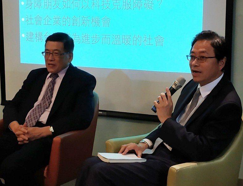 張善政(右)7日於科技論壇上表示,憑台灣的科技潛力不可能會輸給華為等大企業,只是...