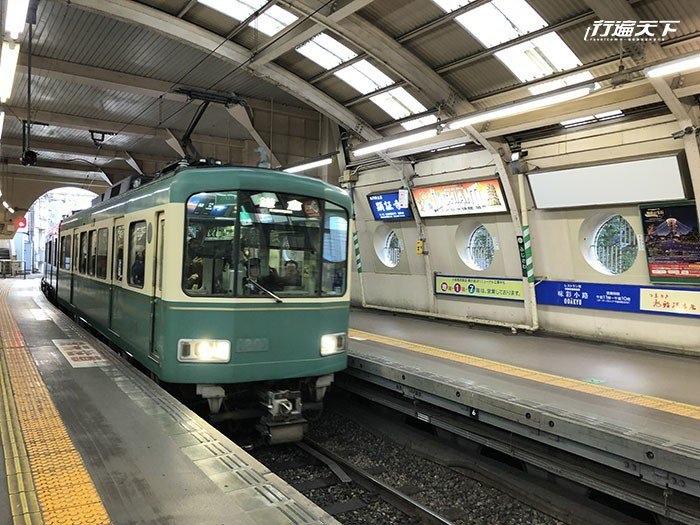 綠色車廂配上黃色車框就是江之電的代表色。
