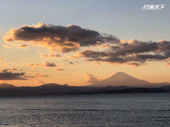 湘南海岸夕陽下若隱若現的富士山。