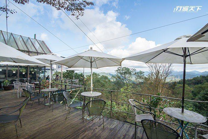 天氣晴朗時坐於戶外用餐區可遠眺群山。