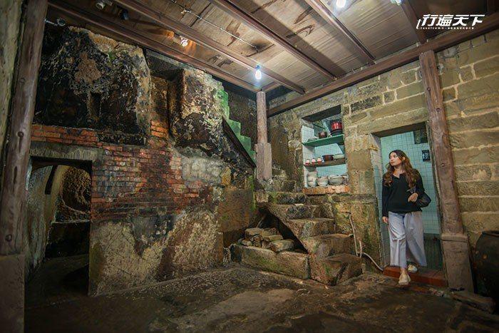 石頭屋的內部為鑿山壁而建,連階梯都是鑿石而成。