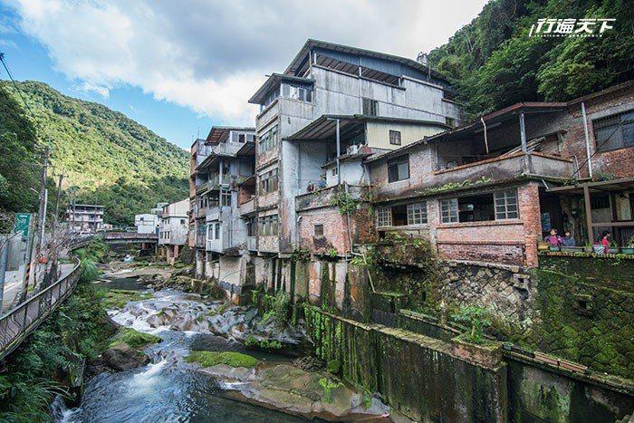 石碇東街因靠山臨溪,發展出特有建築形式。