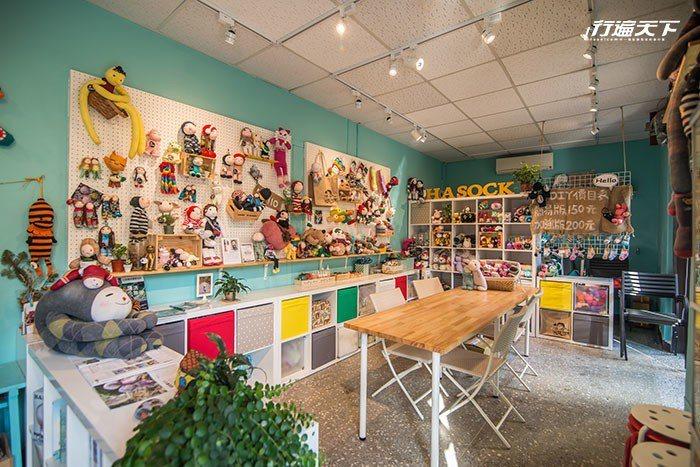 小巧溫馨的店內空間,陳設了可愛的襪娃並規劃了DIY座位區。