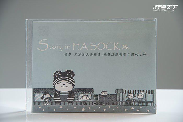 2019年新版的襪娃出生證明書,由林淑芳手寫創作故事。