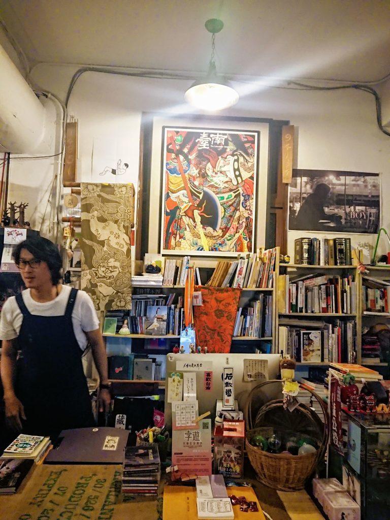 店內幾乎每一寸都有擺飾品,而櫃檯後方懸掛有「臺南」字樣、具民俗風味的大海報,讓店...