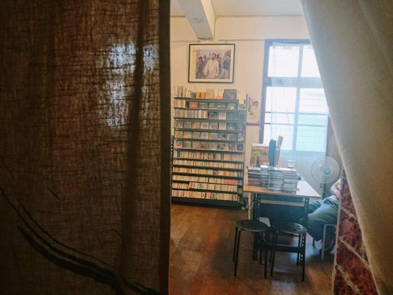 二樓的一角,掀開布幕就突然走進迷你黑膠唱片行,由原本是熟客的朋友經營,也展現這間...