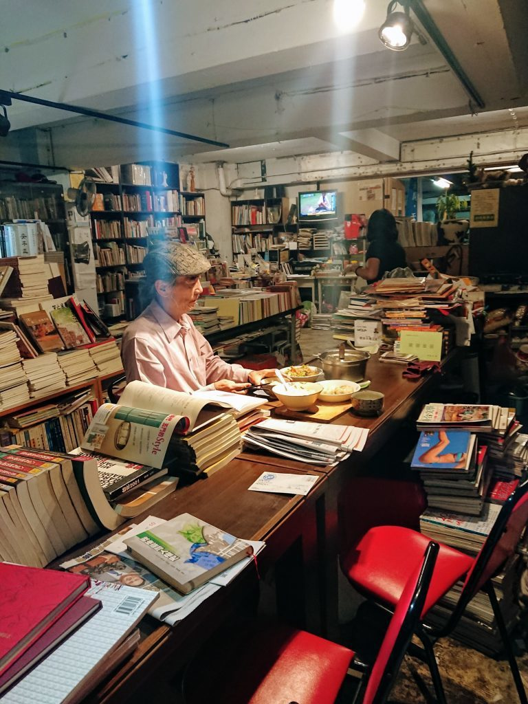 店內有簡易廚局,老闆的晚餐也在這裡解決,和書店生活在一起。