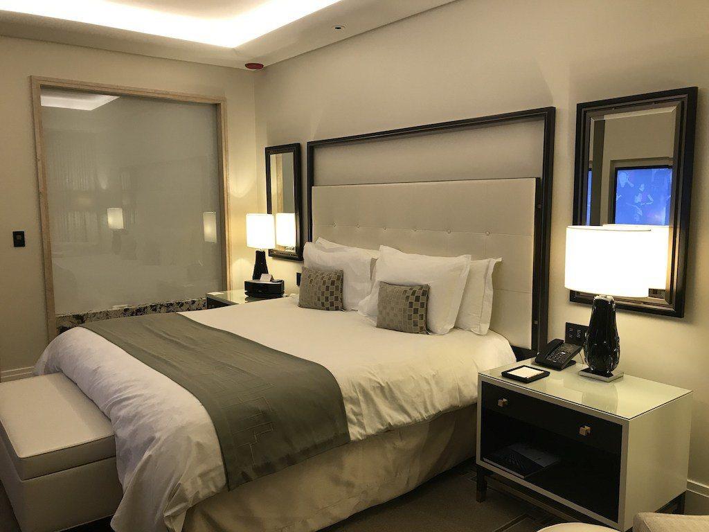 整個房間呈現是一個淡雅的感覺,很棒的是善用隱藏光源,讓房間顯得明亮。一個有趣的地...