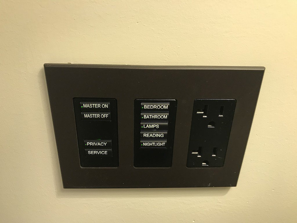 這個中央控制的燈控很方便,而且還細心的附上兩個插座 圖文來自於:TripPlus