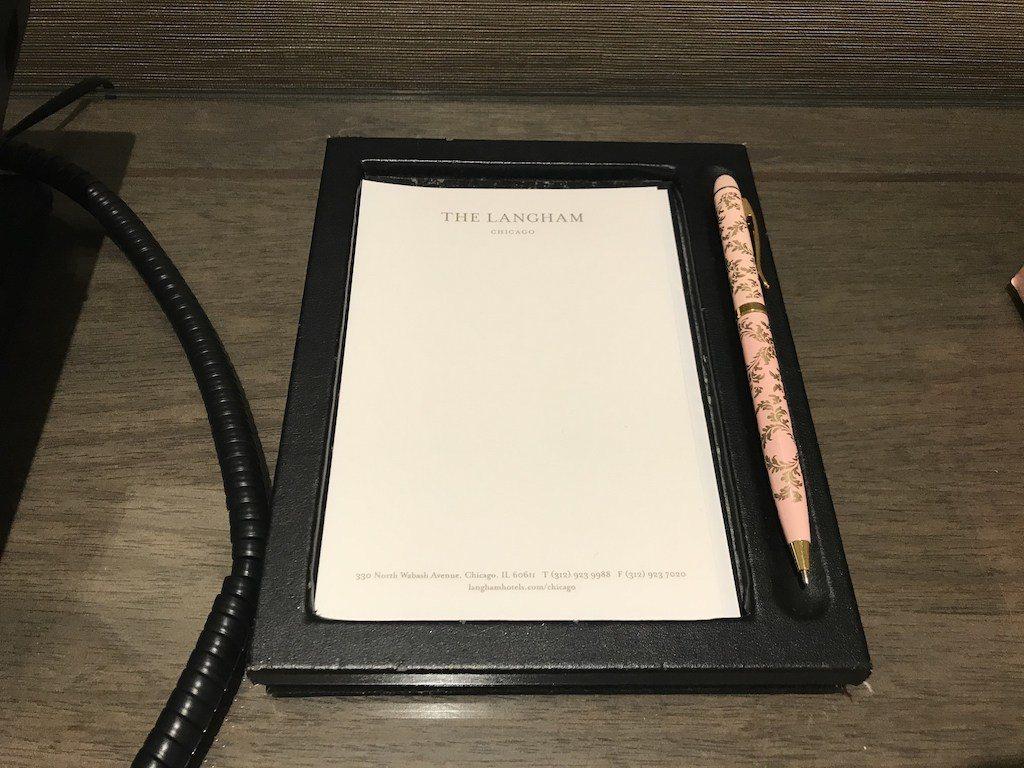 細心的酒店,就是要把便條紙跟筆都準備好,並且貼心的把筆轉開 圖文來自於:Trip...