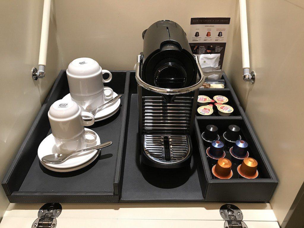 中央最上層打開,則是我個人的心頭好-Nespresso咖啡機 圖文來自於:Tri...