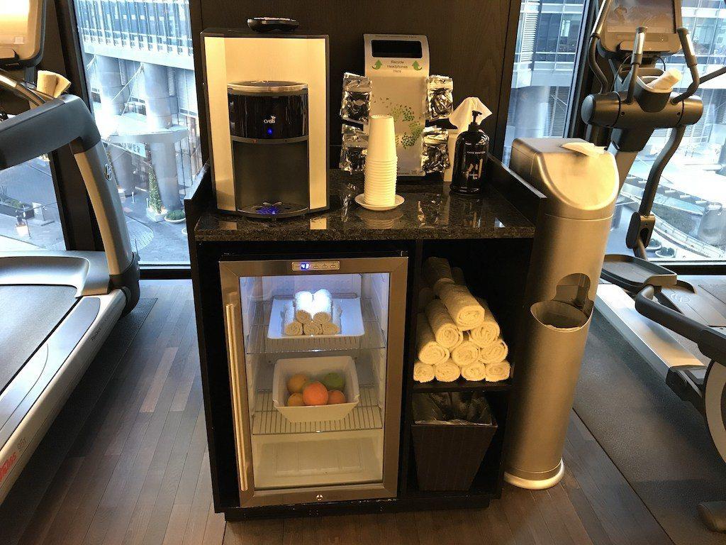除了常見的毛巾跟飲水機,酒店還有細心提供水果與拋棄式耳機 圖文來自於:TripP...