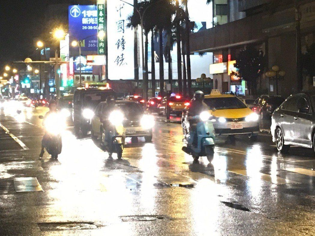 連日來陰雨綿延,天雨路滑,警方提醒機車族減速慢行。記者黃宣翰/翻攝