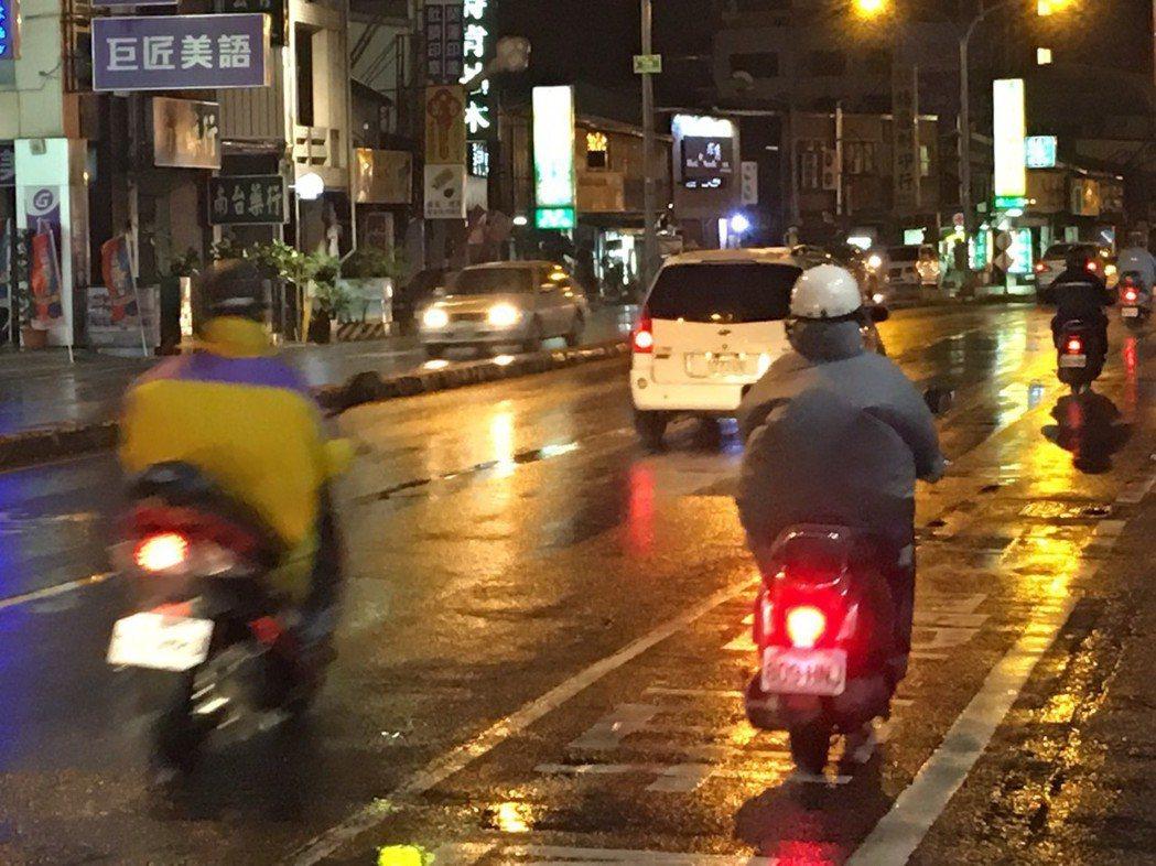 天雨路滑,警方提醒機車族減速慢行。記者黃宣翰/翻攝