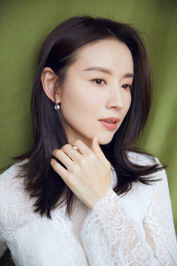 董潔以De Beers的鑽石鍊墜、耳環和戒指現身「中國電視劇品質盛典」紅毯。圖/...