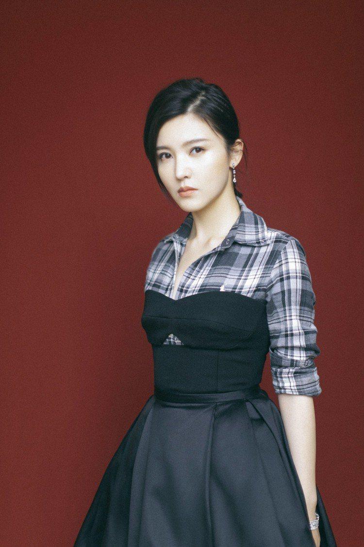 楊子姍出席「中國電視劇品質盛典」紅毯,也以De Beers首飾混搭格紋洋裝,創造...