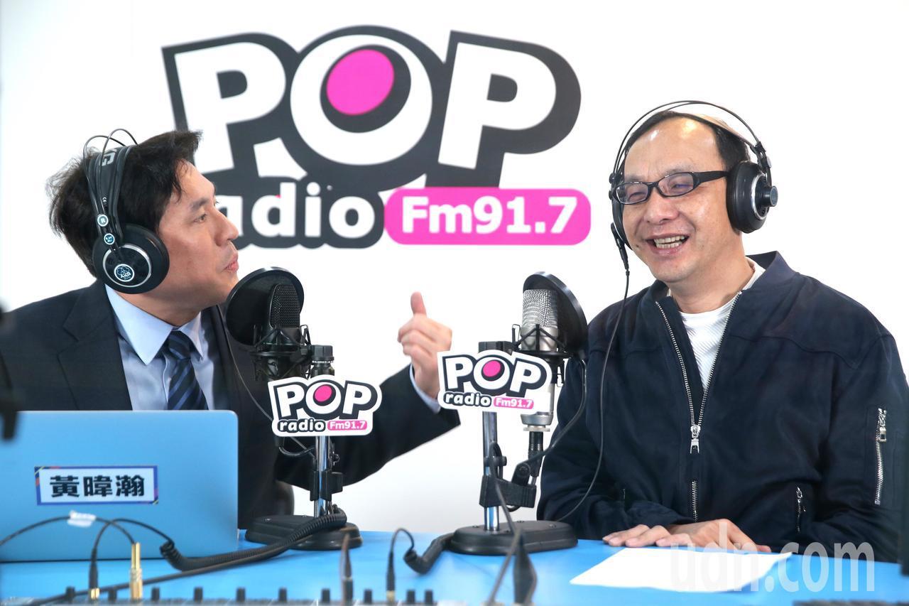 新北市前市長朱立倫(右)上午接受廣播專訪,被問到根據平面媒體公布的最新民調,朱立...