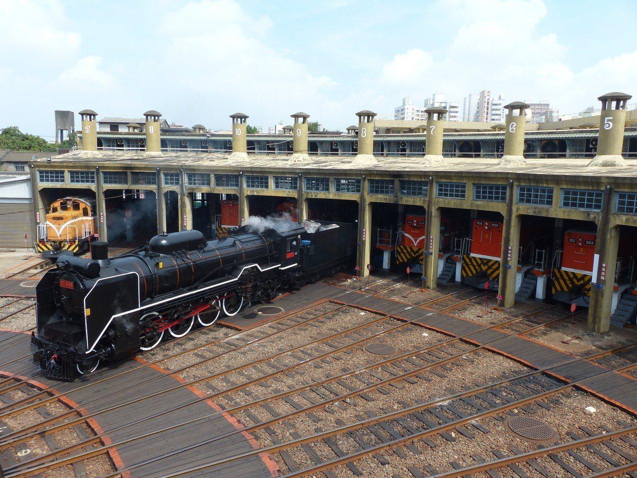 停放在彰化扇形車庫的國寶級蒸汽火車DT668,緩緩從車庫駛出,進入轉盤。本報資料...
