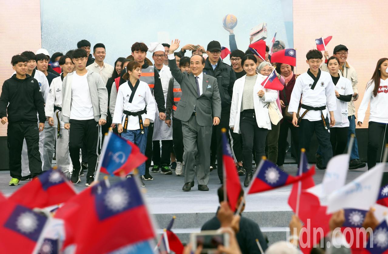 王金平帶領百工百業代表進場。記者杜建重/攝影