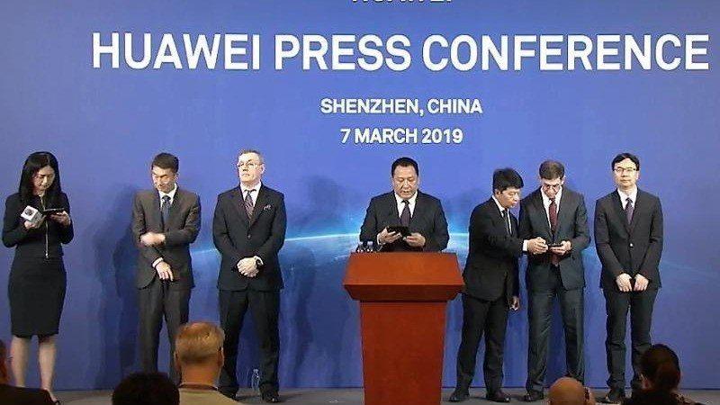 華為輪值董事長郭平今日在台上宣布,華為決定起訴美國政府。照片/香港經濟日報