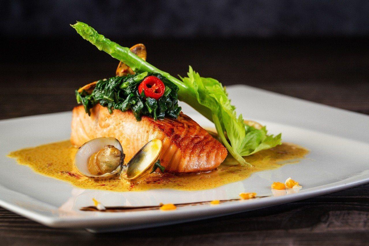春季新菜「鮭魚襯菠菜蛤蜊番紅花醬」。圖/王朝酒店提供