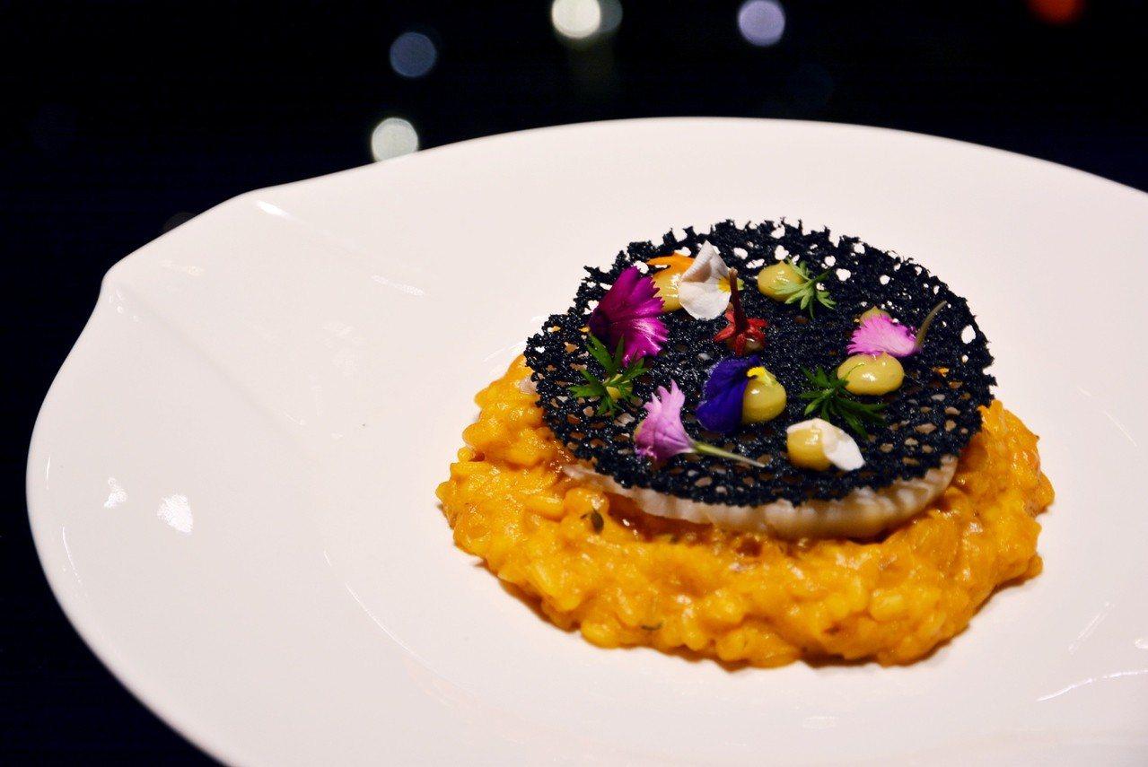 君品端出沖繩最具代表的「夜光貝海膽燉飯」。圖/君品酒店提供