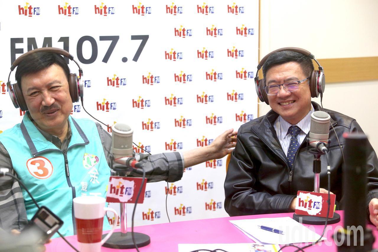 三重立委補選進入倒數階段,民進黨候選人余天(左)上午在黨主席卓榮泰(右)的陪同下...
