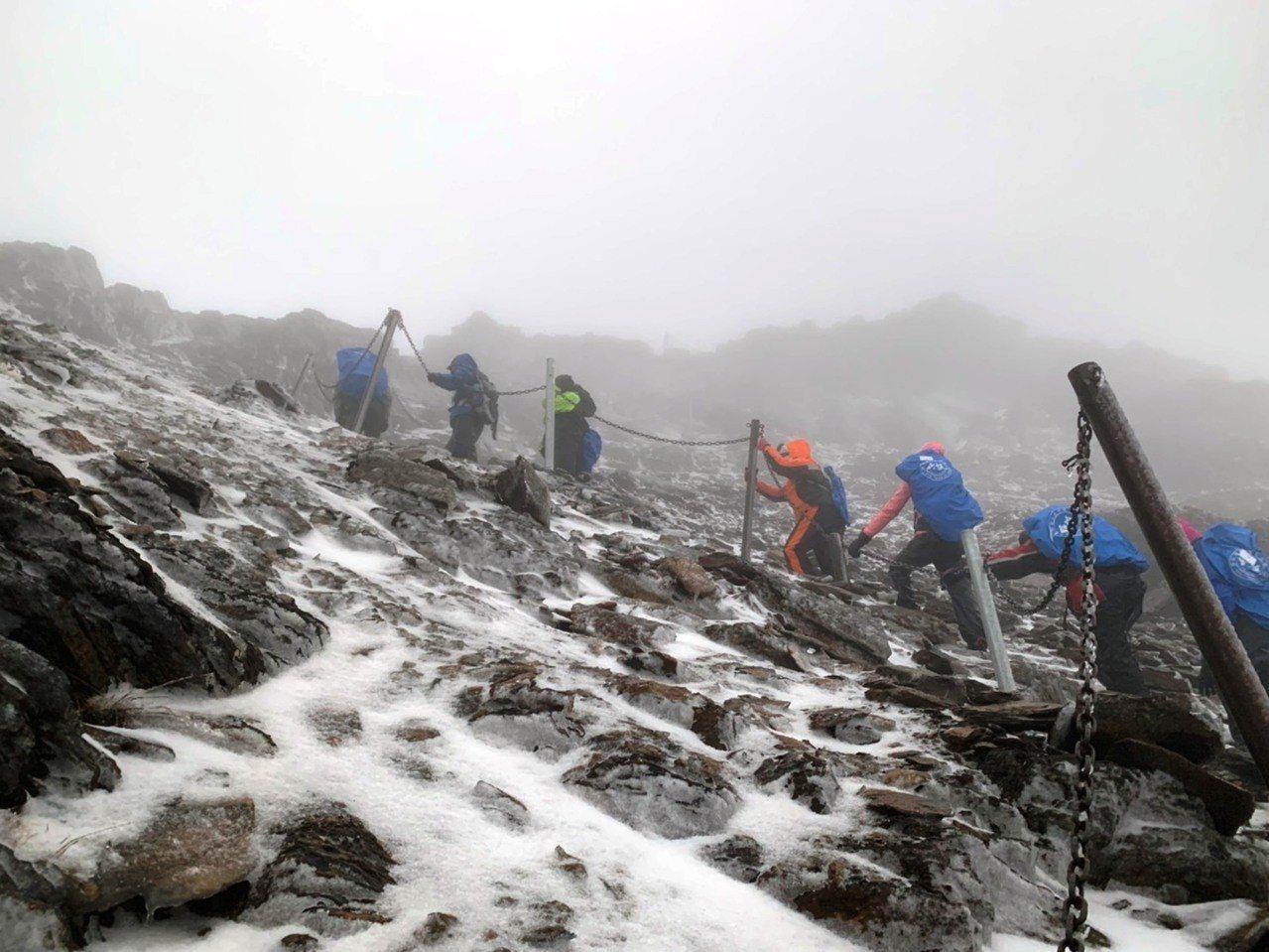 26名山友穿著雪地裝備及冰爪,清晨順利完成登上玉山頂的願望。圖/玉山處提供