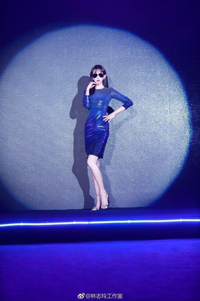 林志玲穿藍色亮片Ralph Lauren晚裝,搭襯Stella Luna鞋履。圖...