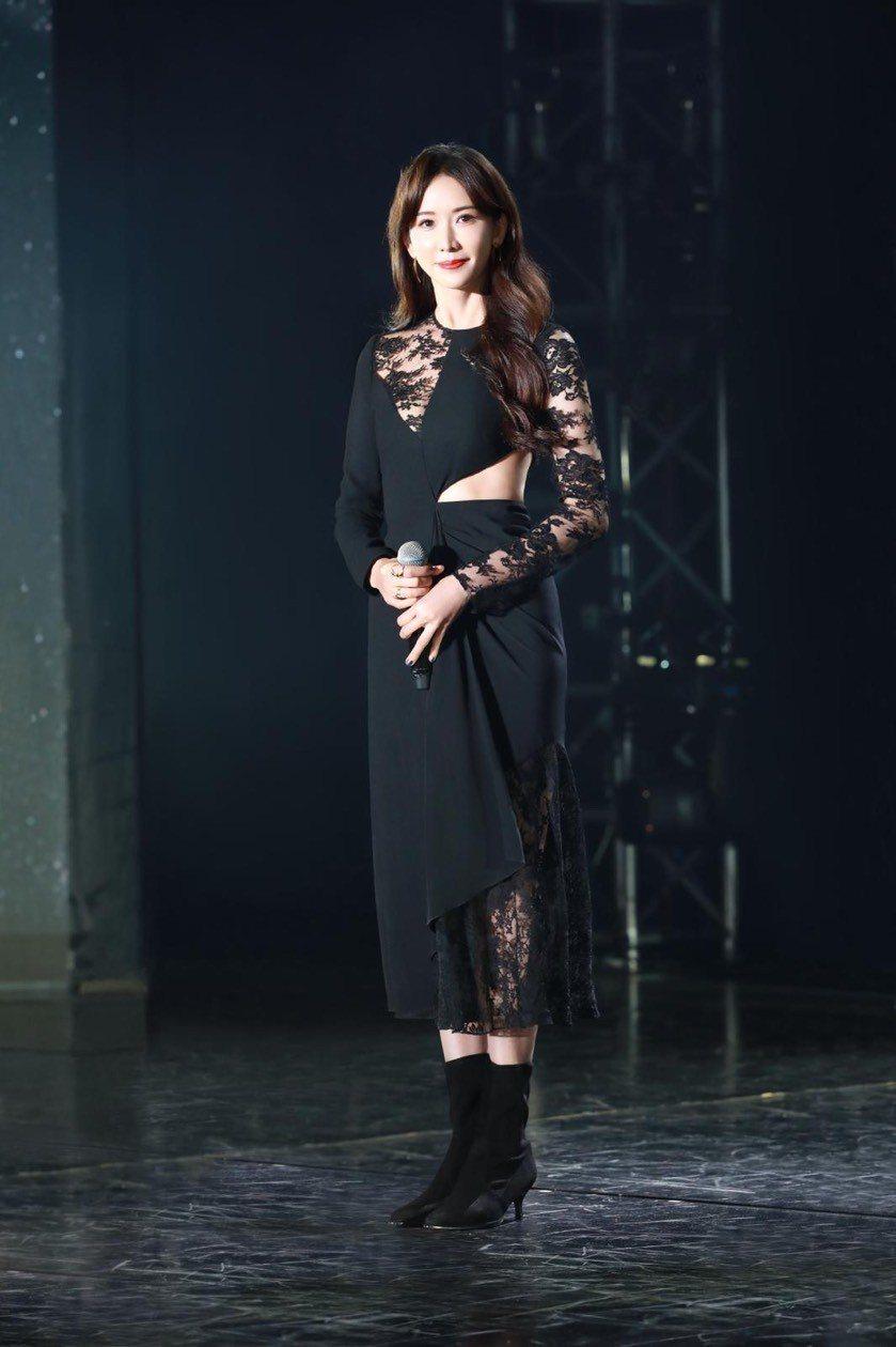 林志玲身穿GIVENCHY 2019早春系列,腰身挖空設計展現迷人身形。圖/GI...