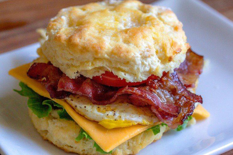 可以開啟活力的一天,想要避開油膩、CP值高的營養早餐就是「雞蛋」。圖/摘自 pe...