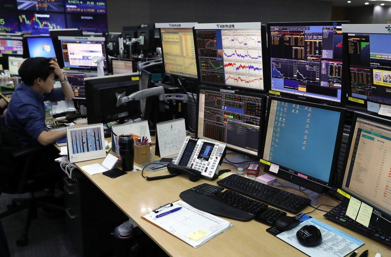 南韓金融業者用管控工作電腦的方式,來強制員工不超時工作。 歐新社