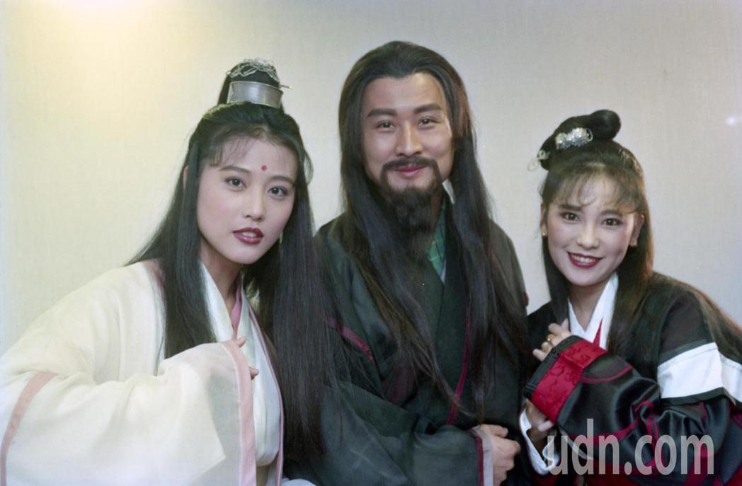 1994年,台視「倚天屠龍記」舉行試片會。圖為周海媚(左)、孫興(中)、況明潔(...