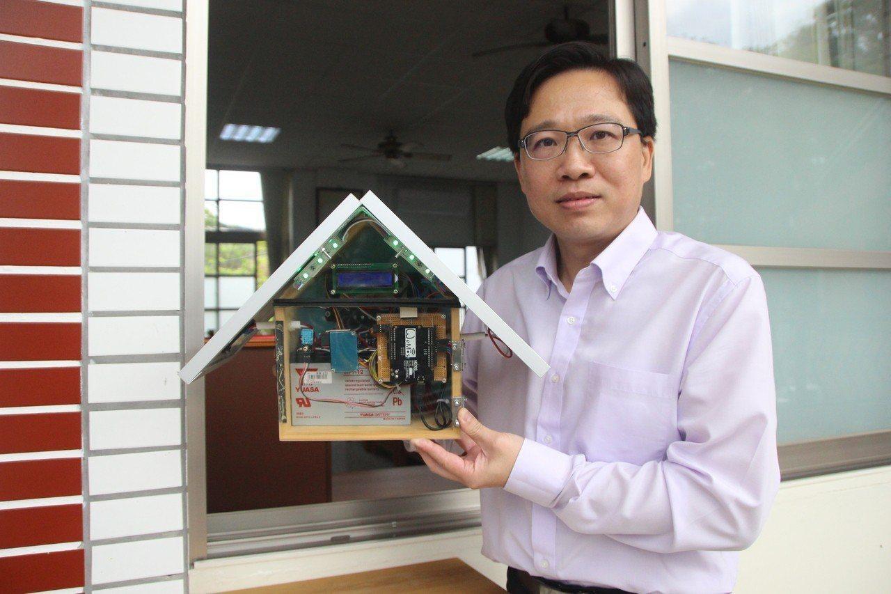 北斗國中校長郭佳文與校內教師設計綠能小屋監測空氣品質。記者林敬家/攝影