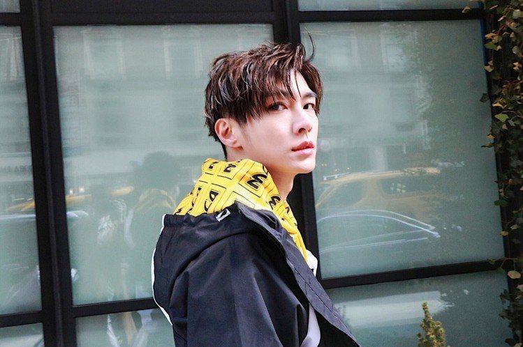炎亞綸時尚街拍照大多也都是沒有笑容的,可以說是完全融入他所觀察到的時尚態度就是要...