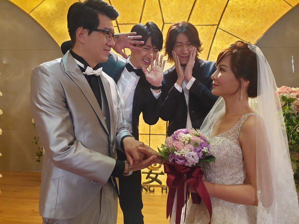 吳皓昇、邱琦雯「大時代」再度結婚 後排兒子馬俊麟、黃少谷笑說被閃到。 圖/民視提...