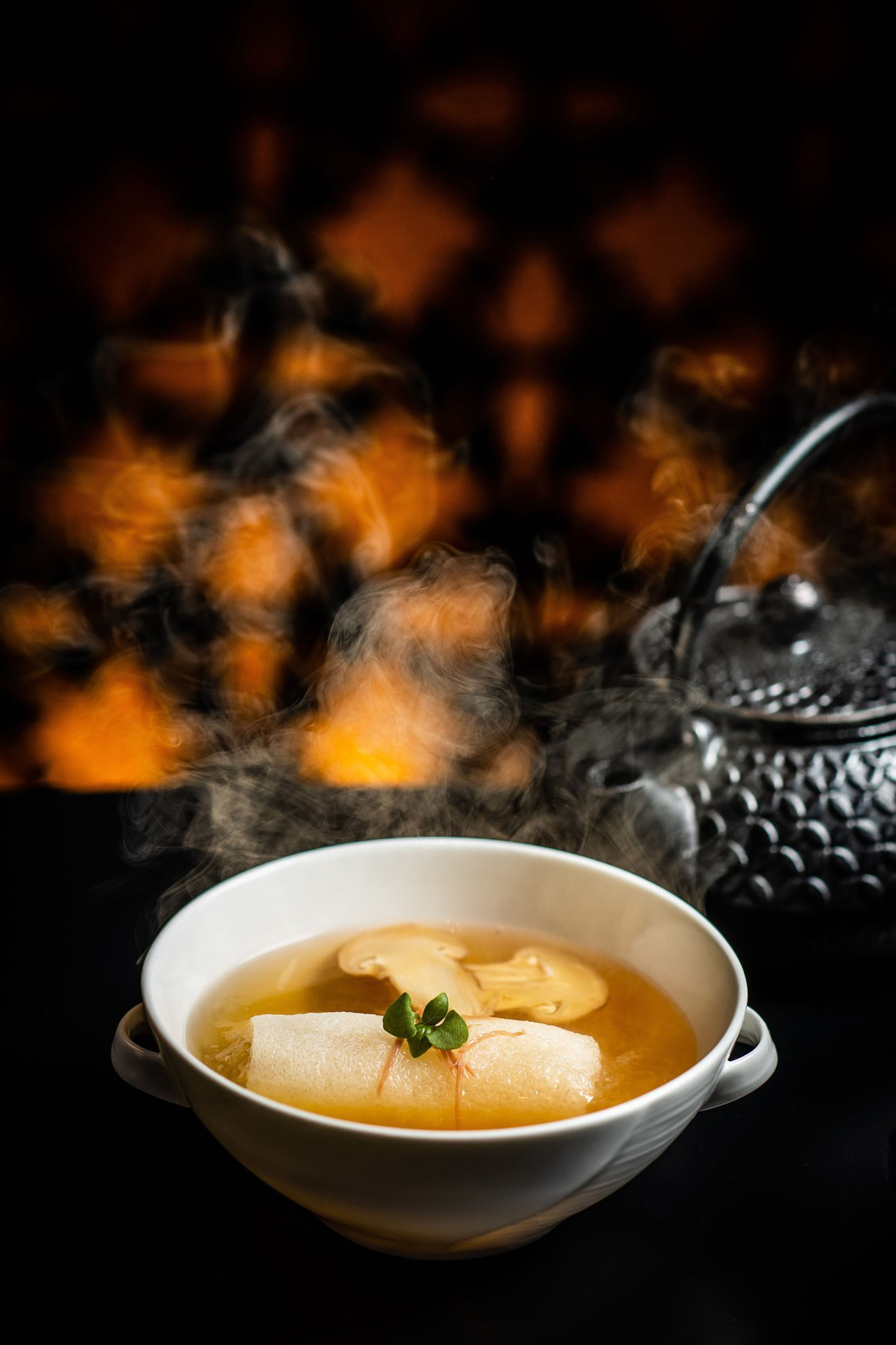 松茸竹笙釀官燕清雞湯。圖/君品酒店提供