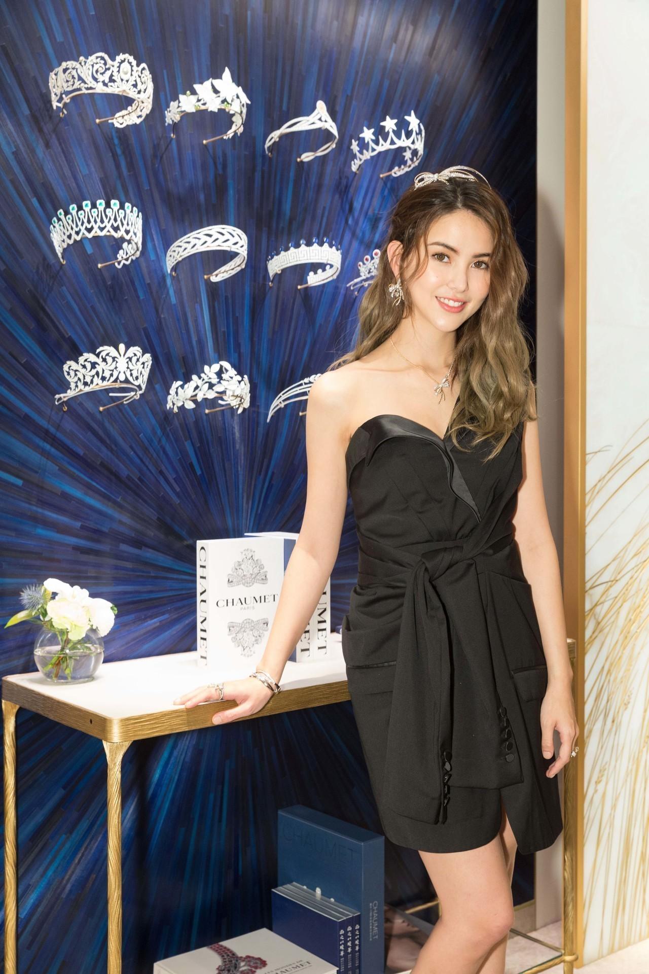 昆凌以黑色洋裝搭配CHAUMET的近2,000萬元的Insolence系列珠寶。...