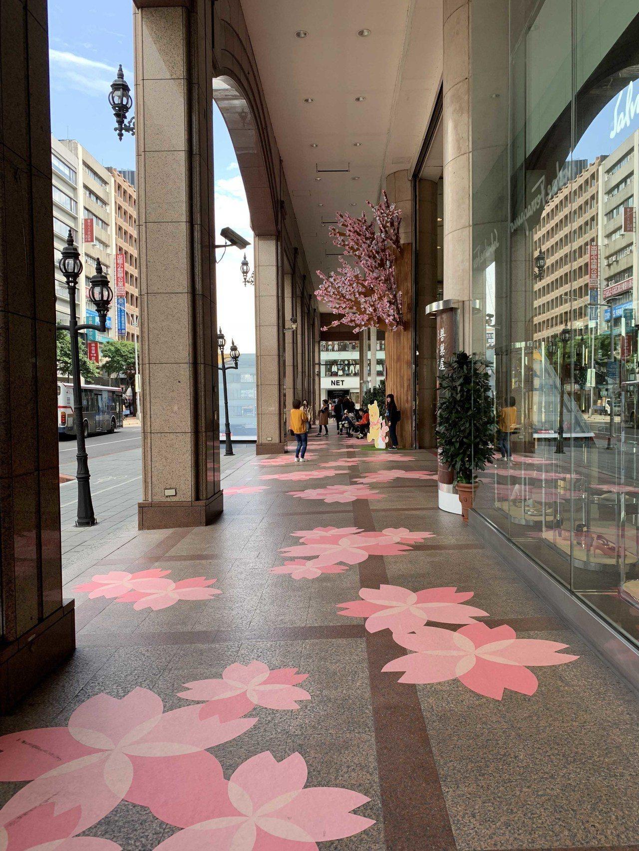 新光三越台北南西店櫻花季,特別在一館、三館設計櫻花大道。圖/新光三越提供
