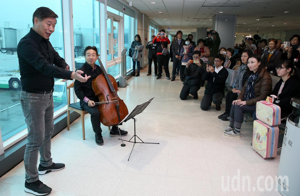 京劇大師朱陸豪(左)、大提琴家張正傑(左二)、歌仔戲大師廖瓊枝等3人,7日聯袂搭...