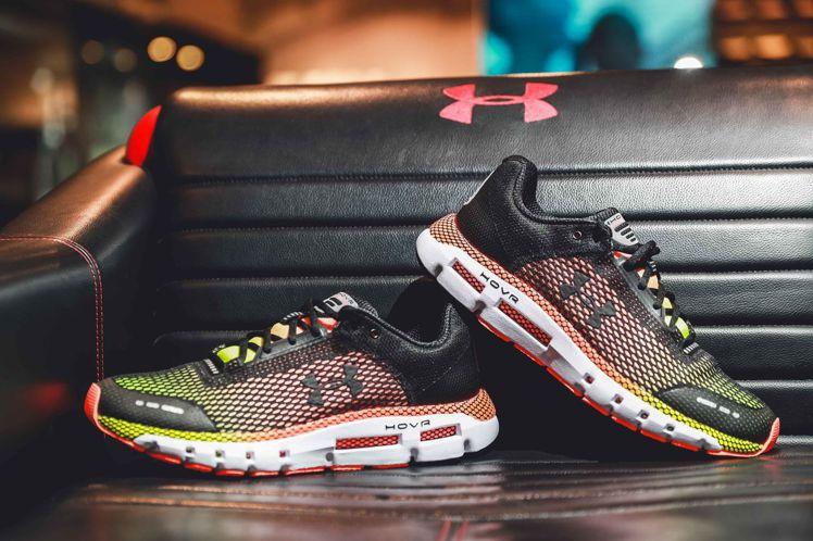 緩震款跑鞋「HOVR Infinite」提供頂級腳感,售價4,380元。圖/UN...