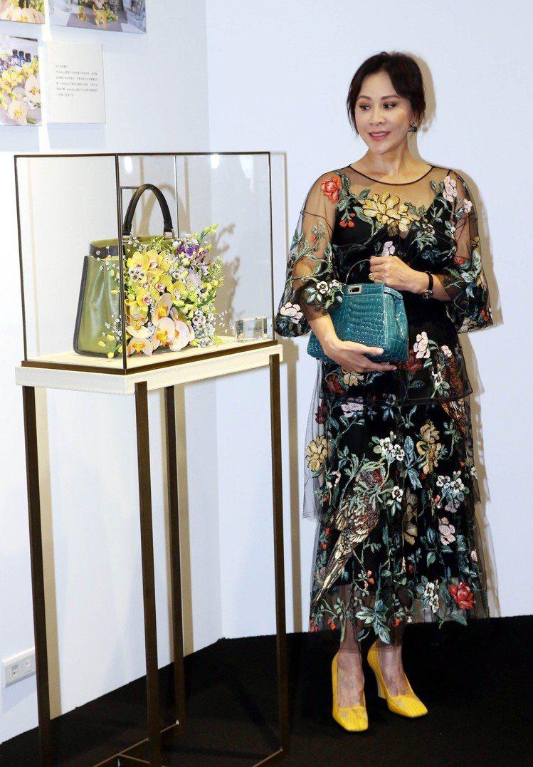 劉嘉玲和她設計以花卉為主題的Fendi Peekaboo手袋。圖/FENDI提供
