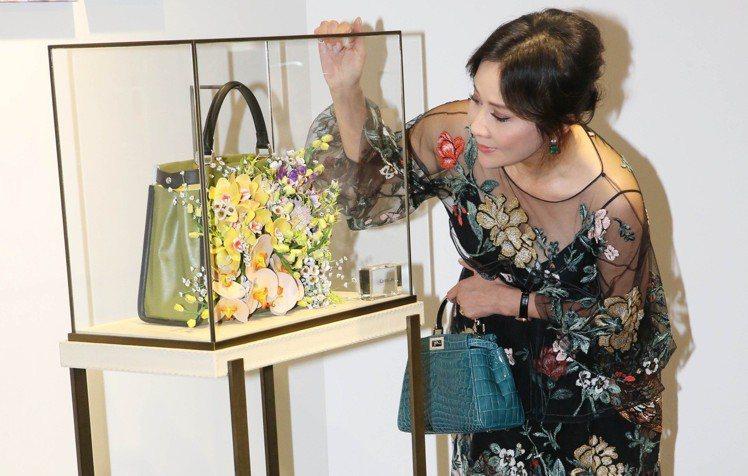 劉嘉玲和她設計的Peekaboo包款。記者林俊良/攝影