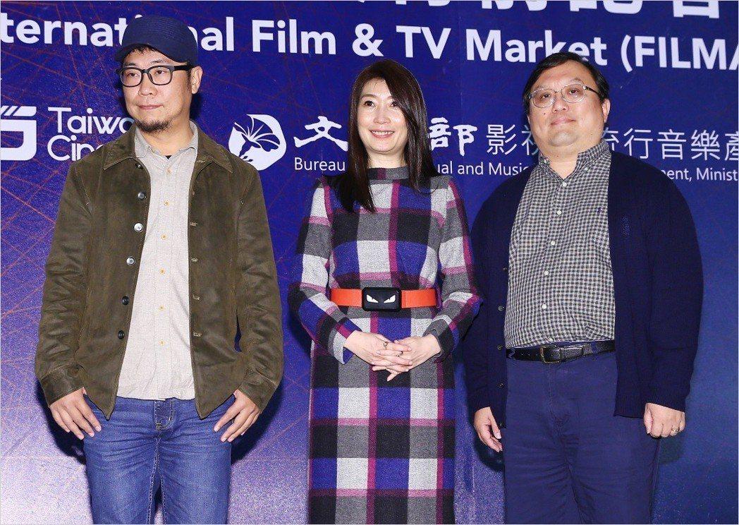 「老大人」導演洪伯豪(左起)、主演黃嘉千、製片唐在揚出席香港國際影視展行前記者會...