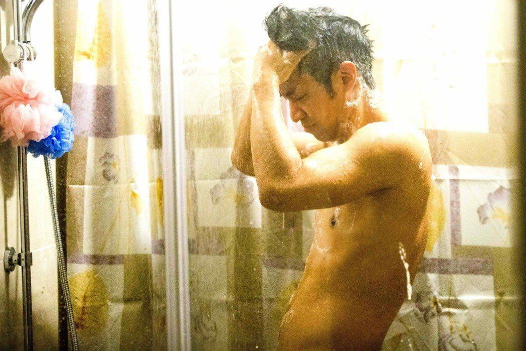 黃健瑋上演淋浴戲碼。圖/八大提供