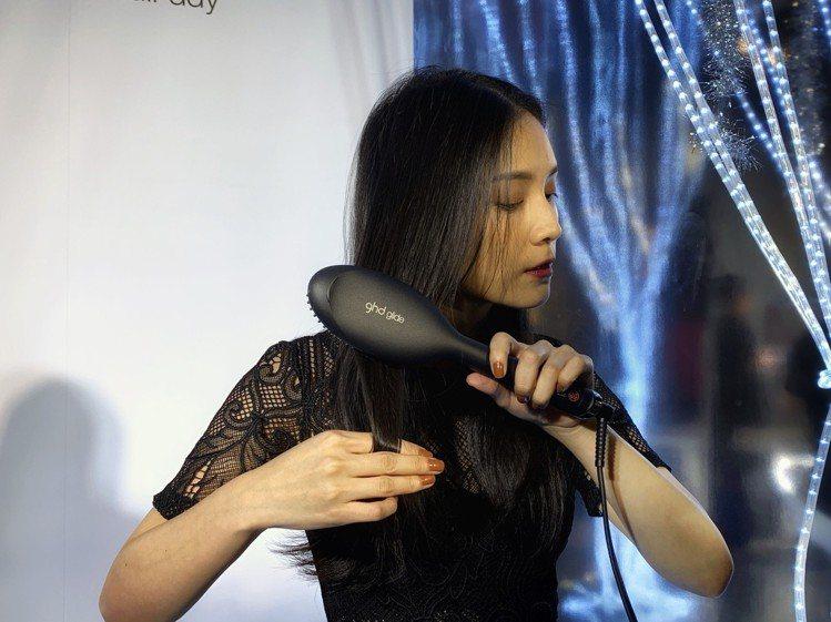 ghd glide電子梳結合梳子與電棒功能的設計,各種髮長、髮質都適用。記者黃筱...
